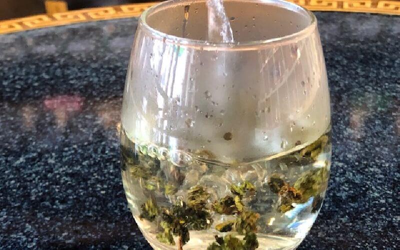 グラスで簡単に誰でもできる 中国茶の淹れ方 お湯を注ぐ